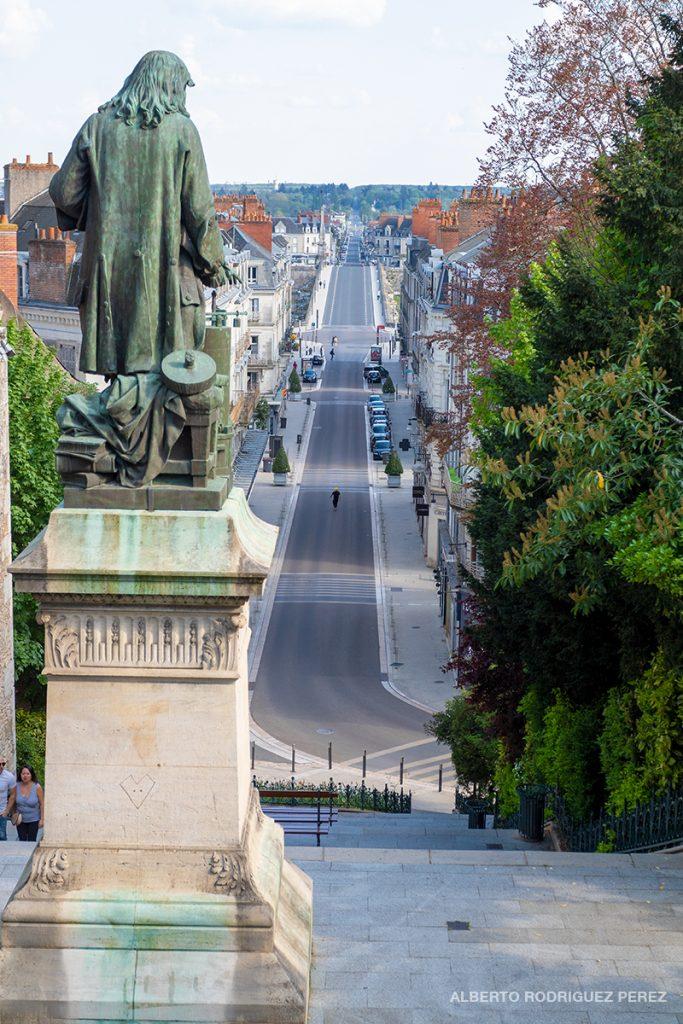 Statue de Dénis-Papin sur les marches éponymes et vue de l'avenue vide.