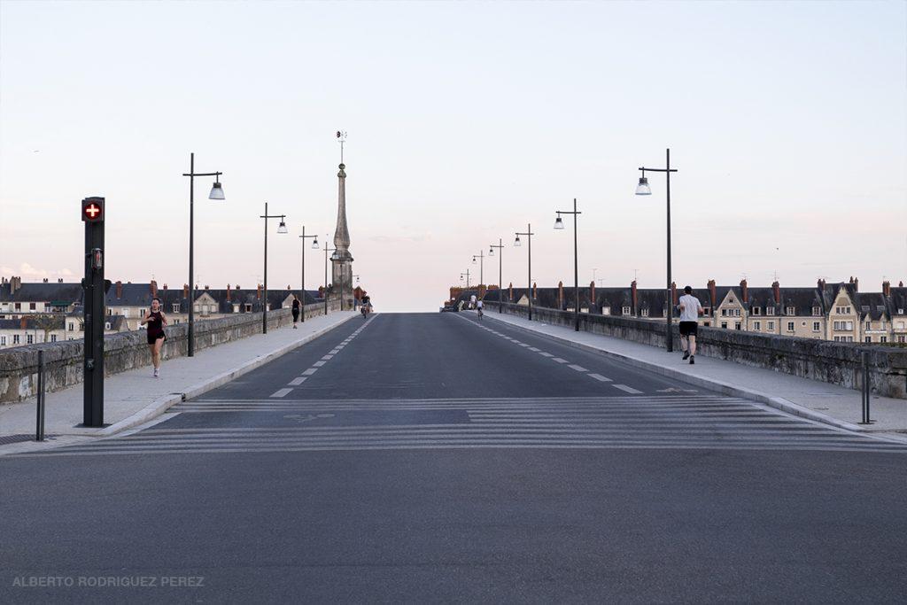 Joggeurs sur le pont Jacques-Gabriel à Blois vide de toute voiture pendant le confinement.