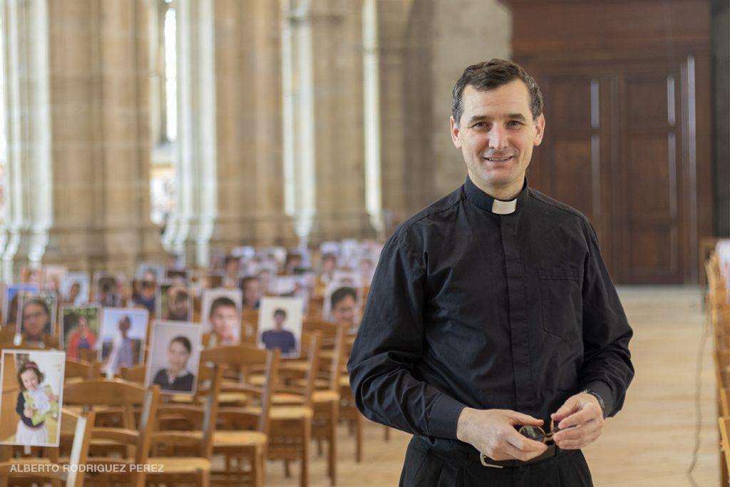Le père Sebastien Neuville à la cathédrale Saint-Louis à Blois pendant le confinement. Image forte d'une ville privé de cultes pendant la Covid-19.