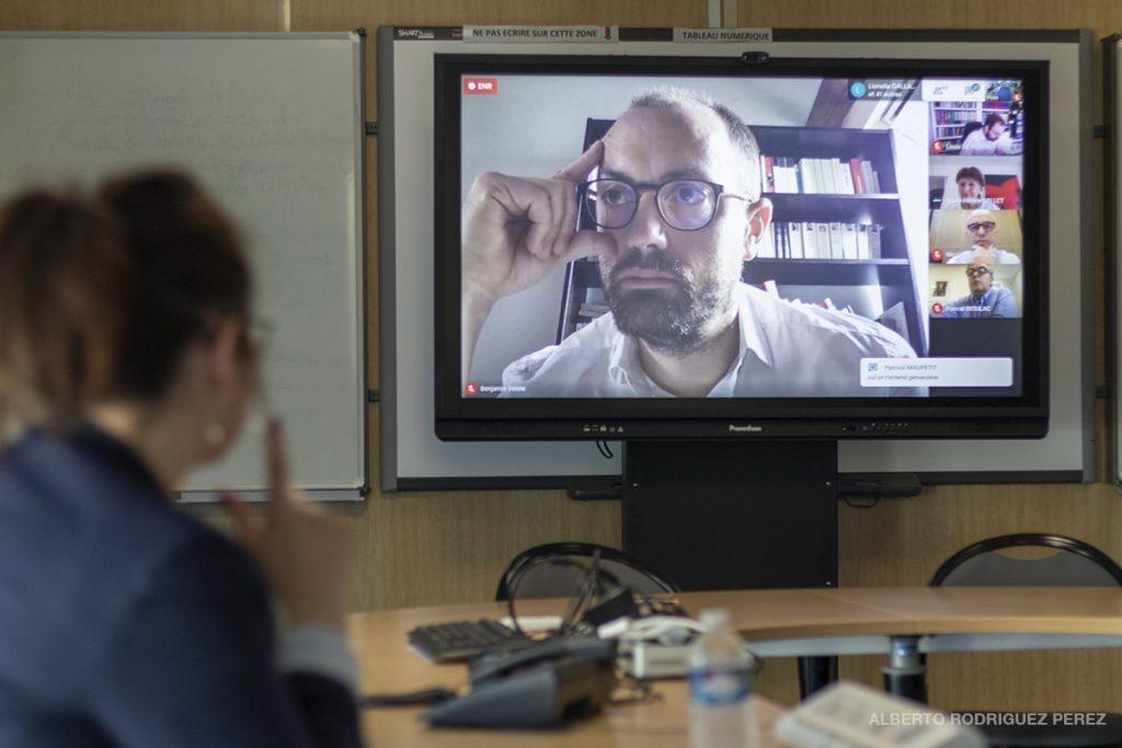 Une journaliste interpelle un élu départemental en visioconférence.
