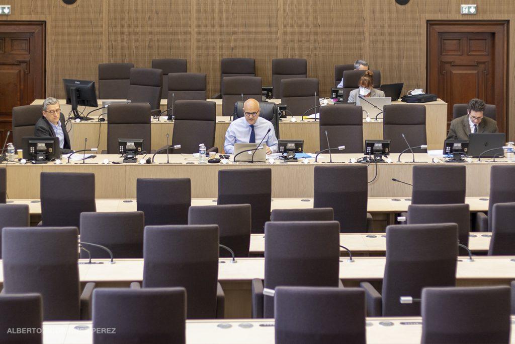 Nicolas Perruchot, président du département de Loir-et-Cher préside dans une salle vide une séance plénière en visioconférence.