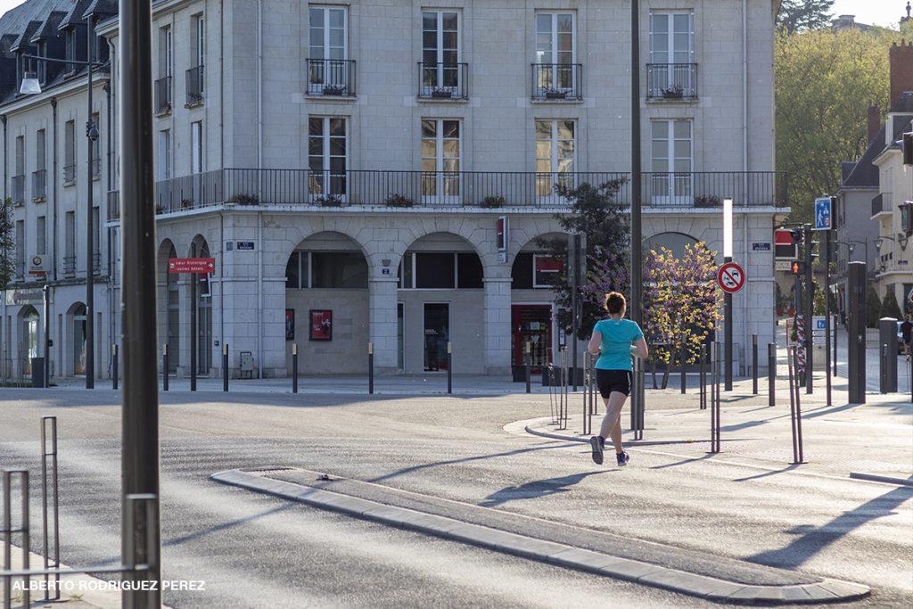 Joggeuse sur la place de la Résistance à Blois pendant le premier confinement.