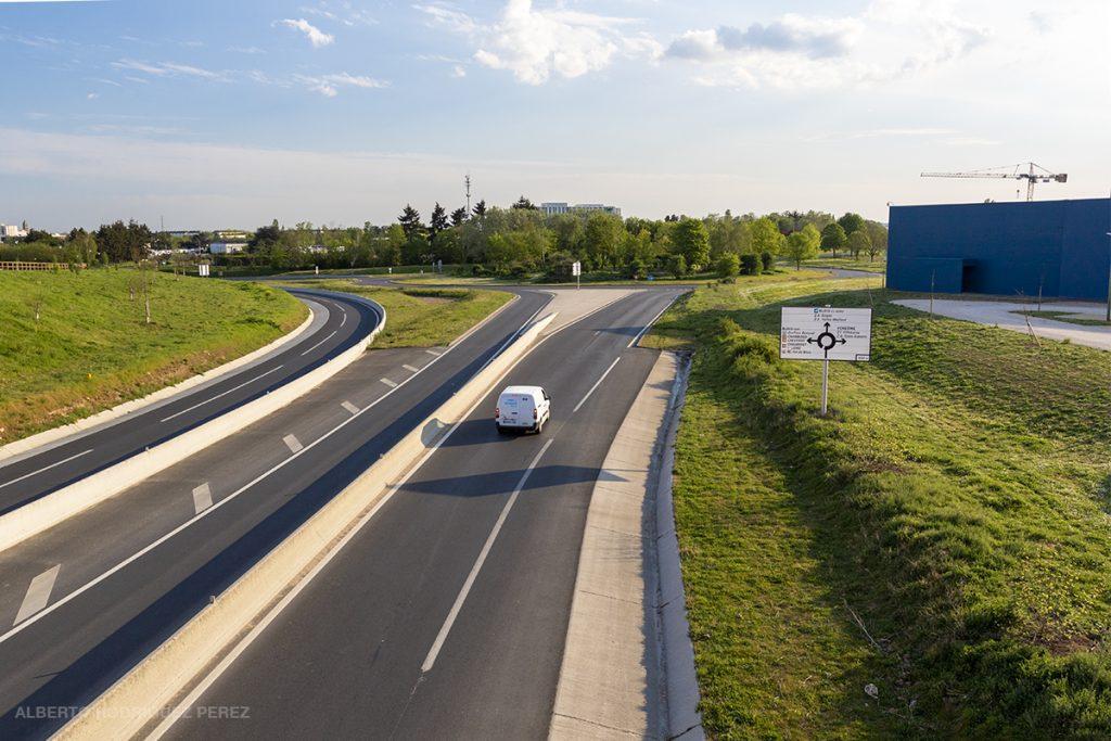 Trafic rare sur les accès à Cap'Ciné et la sortie de l'autoroute A10 pendant le confinement due à la Covid-19.