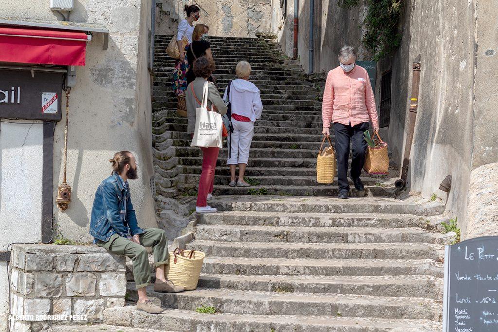 Fille d'attente pour accéder aux épiceries et aux maraichers. Image d'une ville en confinement.