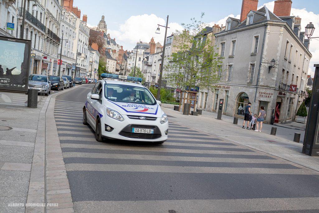 Contrôles de police réguliers en ville. Une image du confinement à Blois.