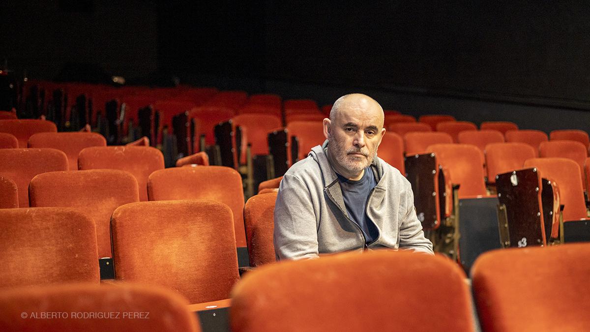 Jean-Jacques Adam sur les sièges velours rouge du théâtre Monsabré à Blois.